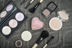 Διαφορετικά βούρτσες και καλλυντικά makeup στοκ εικόνα