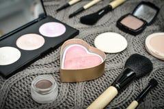Διαφορετικά βούρτσες και καλλυντικά makeup στοκ εικόνα με δικαίωμα ελεύθερης χρήσης