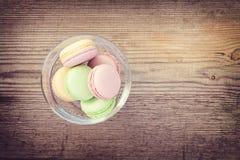 Διαφορετικά γαλλικά macarons χρωμάτων και γεύσεων Στοκ Εικόνες