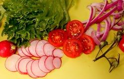Διαφορετικά είδη λαχανικών που τεμαχίζονται σε ένα κίτρινο υπόβαθρο στοκ φωτογραφίες με δικαίωμα ελεύθερης χρήσης