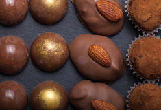Διαφορετικά είδη καραμελών σοκολάτας σε ένα υπόβαθρο πλακών Στοκ Εικόνα