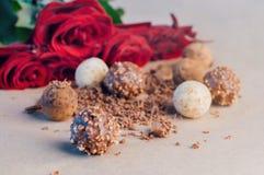 Διαφορετικά είδη καραμελών τρουφών σοκολάτας άνω του ΝΕ εγγράφου τεχνών Στοκ Φωτογραφίες