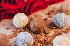 Διαφορετικά είδη καραμελών τρουφών σοκολάτας πέρα από το έγγραφο τεχνών Στοκ φωτογραφία με δικαίωμα ελεύθερης χρήσης