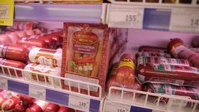 Διαφορετικά είδη προϊόντων κρέατος στην επίδειξη στο μανάβικο, κινηματογραφήσεις σε πρώτο πλάνο φιλμ μικρού μήκους
