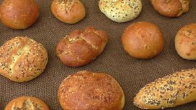Διαφορετικά είδη των wholemeal ψωμιών και των ρόλων, εκλεκτική εστίαση φιλμ μικρού μήκους
