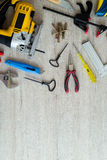 Διαφορετικά εργαλεία σε μια ξύλινη ανασκόπηση Στοκ Εικόνες