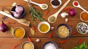 Διαφορετικά καρυκεύματα για το μαγείρεμα στον ξύλινο πίνακα απόθεμα βίντεο