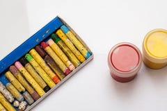 Διαφορετικά κραγιόνια χρώματος με δύο βάζα γκουας σε ένα άσπρο υπόβαθρο στοκ εικόνα με δικαίωμα ελεύθερης χρήσης