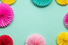 Διαφορετικά λουλούδια εγγράφου στην πράσινη άποψη επιτραπέζιων κορυφών Εορταστικό ή υπόβαθρο κομμάτων r Ευχετήρια κάρτα γενεθλίων στοκ φωτογραφίες