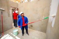 Διαφορετικά μέλη της κοινότητας που χτίζουν ένα σπίτι χαμηλότερου κόστους σε Soweto Στοκ φωτογραφία με δικαίωμα ελεύθερης χρήσης