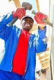 Διαφορετικά μέλη της κοινότητας που χτίζουν ένα σπίτι χαμηλότερου κόστους σε Soweto Στοκ Εικόνες
