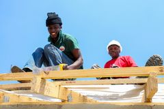Διαφορετικά μέλη της κοινότητας που χτίζουν ένα σπίτι χαμηλότερου κόστους σε Soweto Στοκ φωτογραφίες με δικαίωμα ελεύθερης χρήσης