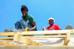 Διαφορετικά μέλη της κοινότητας που χτίζουν ένα σπίτι χαμηλότερου κόστους σε Soweto Στοκ εικόνα με δικαίωμα ελεύθερης χρήσης