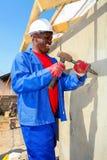 Διαφορετικά μέλη της κοινότητας που χτίζουν ένα σπίτι χαμηλότερου κόστους σε Soweto Στοκ εικόνες με δικαίωμα ελεύθερης χρήσης