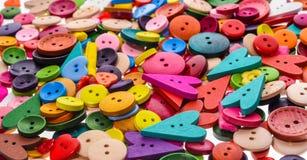 Διαφορετικά μορφή και χρώματα που ράβουν το υπόβαθρο κουμπιών Ζωηρόχρωμο τ Στοκ εικόνα με δικαίωμα ελεύθερης χρήσης