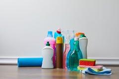 διαφορετικά μπουκάλια με τις εσωτερικές προμήθειες για τον ανοιξιάτικο καθαρισμό στοκ εικόνες