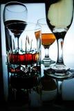 Διαφορετικά οινοπνευματώδη ποτά στο γυαλί και goblets στοκ εικόνα