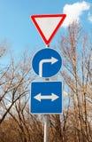 Διαφορετικά οδικά σημάδια ενάντια στον ουρανό Στοκ φωτογραφίες με δικαίωμα ελεύθερης χρήσης