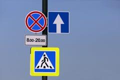 Διαφορετικά οδικά σημάδια σε έναν πόλο Στοκ εικόνα με δικαίωμα ελεύθερης χρήσης