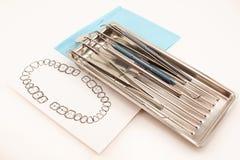 Διαφορετικά οδοντικά εργαλεία και εξάρτημα για την προσοχή δοντιών στο δίσκο Στοκ Φωτογραφίες