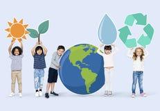 Διαφορετικά παιδιά με τα εικονίδια περιβάλλοντος στοκ φωτογραφία με δικαίωμα ελεύθερης χρήσης