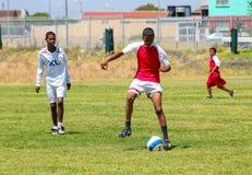 Διαφορετικά παιδιά που παίζουν το ποδόσφαιρο ποδοσφαίρου στο σχολείο Στοκ Φωτογραφία