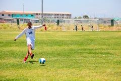 Διαφορετικά παιδιά που παίζουν το ποδόσφαιρο ποδοσφαίρου στο σχολείο Στοκ Εικόνα