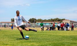 Διαφορετικά παιδιά που παίζουν το ποδόσφαιρο ποδοσφαίρου στο σχολείο Στοκ Φωτογραφίες