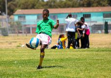 Διαφορετικά παιδιά που παίζουν το ποδόσφαιρο ποδοσφαίρου στο σχολείο Στοκ φωτογραφία με δικαίωμα ελεύθερης χρήσης