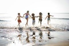 Διαφορετικά παιδιά που τρέχουν στην παραλία στοκ φωτογραφίες με δικαίωμα ελεύθερης χρήσης