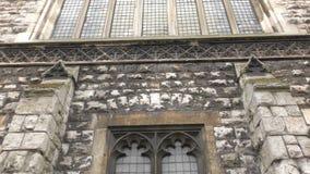 Διαφορετικά παράθυρα ενός παλαιού και κτηρίου πετρών απόθεμα βίντεο