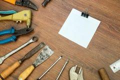 Διαφορετικά παλαιά εργαλεία με το κενό έγγραφο για το ξύλο Στοκ φωτογραφία με δικαίωμα ελεύθερης χρήσης