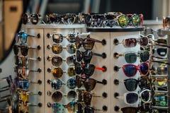 Διαφορετικά πολύχρωμα γυαλιά ηλίου μόδας στο μετρητή καταστημάτων Στοκ εικόνα με δικαίωμα ελεύθερης χρήσης