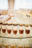 Διαφορετικά ποτά οινοπνεύματος goblets και γυαλιά κρασιού στον πίνακα γαμήλιων μπουφέδων στοκ εικόνα