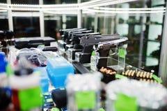 Διαφορετικά πυροβόλα όπλα και περίστροφα στα όπλα καταστημάτων ραφιών στο CE καταστημάτων Στοκ Φωτογραφία