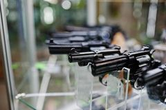 Διαφορετικά πυροβόλα όπλα και περίστροφα στα όπλα καταστημάτων ραφιών στο CE καταστημάτων Στοκ Φωτογραφίες