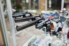 Διαφορετικά πυροβόλα όπλα και περίστροφα στα όπλα καταστημάτων ραφιών στο CE καταστημάτων Στοκ εικόνα με δικαίωμα ελεύθερης χρήσης