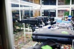 Διαφορετικά πυροβόλα όπλα και περίστροφα στα όπλα καταστημάτων ραφιών στο CE καταστημάτων Στοκ φωτογραφίες με δικαίωμα ελεύθερης χρήσης