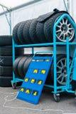 Διαφορετικά σύνολα ελαστικών αυτοκινήτου αγώνα σε ένα κιβώτιο motorsport Στοκ Εικόνα