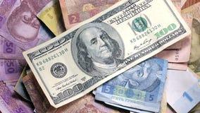 Διαφορετικά τραπεζογραμμάτια υποβάθρου των αμερικανικών δολαρίων και του ουκρανικού hryvnia απόθεμα βίντεο