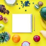 Διαφορετικά τροπικά φρούτα και ακατέργαστα τρόφιμα έννοιας διατροφής κατανάλωσης μούρων στο σκοτεινό πινάκων κιμωλίας υποβάθρου δ Στοκ Εικόνα