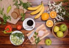 Διαφορετικά τρόφιμα στον πίνακα Στοκ Εικόνες