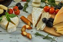 Διαφορετικά τυριά στον πίνακα Φρέσκα γαλακτοκομικά προϊόντα στοκ φωτογραφία με δικαίωμα ελεύθερης χρήσης