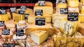 Διαφορετικά τυριά στο μετρητή ενός μικρού καταστήματος στην αγορά στοκ εικόνες