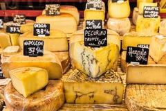 Διαφορετικά τυριά στο μετρητή ενός μικρού καταστήματος στην αγορά στοκ φωτογραφίες