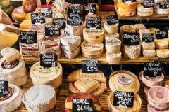 Διαφορετικά τυριά στο μετρητή ενός μικρού καταστήματος στην αγορά στοκ εικόνα