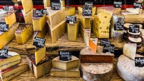 Διαφορετικά τυριά στο μετρητή ενός μικρού καταστήματος στο Aligre Στοκ εικόνες με δικαίωμα ελεύθερης χρήσης