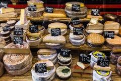 Διαφορετικά τυριά στο μετρητή ενός μικρού καταστήματος στο Aligre Στοκ Φωτογραφίες