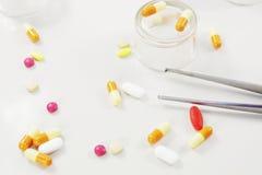 Διαφορετικά φάρμακα στον πίνακα στοκ εικόνες