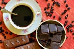 Διαφορετικά φασόλια φραγμών και καφέ σοκολάτας και φλούδες της σοκολάτας Στοκ φωτογραφία με δικαίωμα ελεύθερης χρήσης
